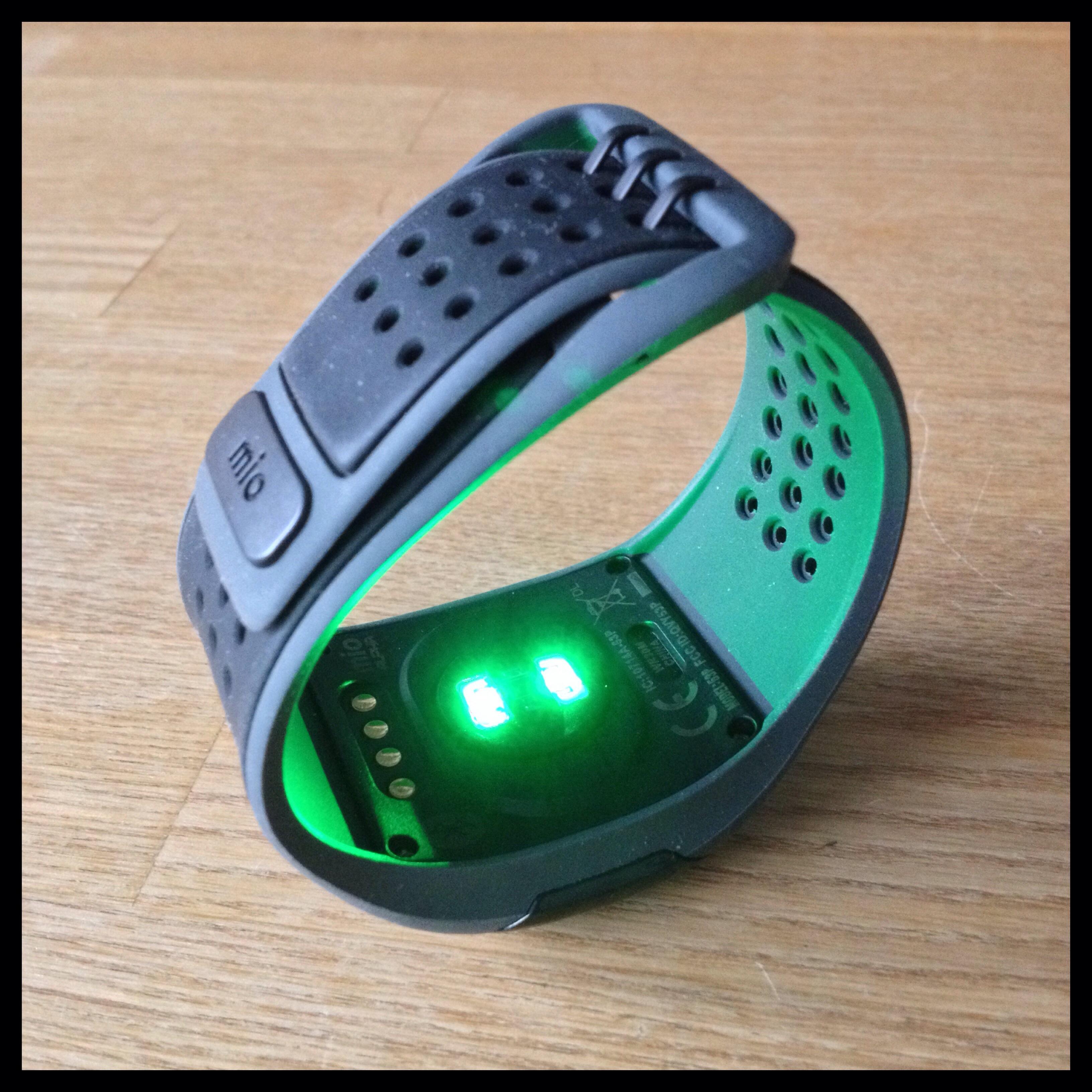 Grønt lys gennemtrænger huden og giver den optiske sensor noget at arbejde med.