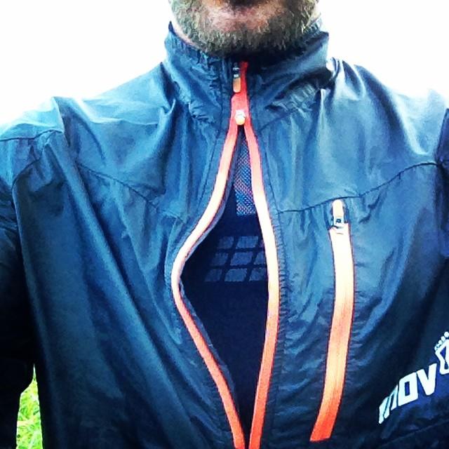 Race Elite 70 Windshell fra Inov-8 har en lækker tovejslynlås som gør det muligt at ventilere mens halsen stadig beskyttes mod elementerne.