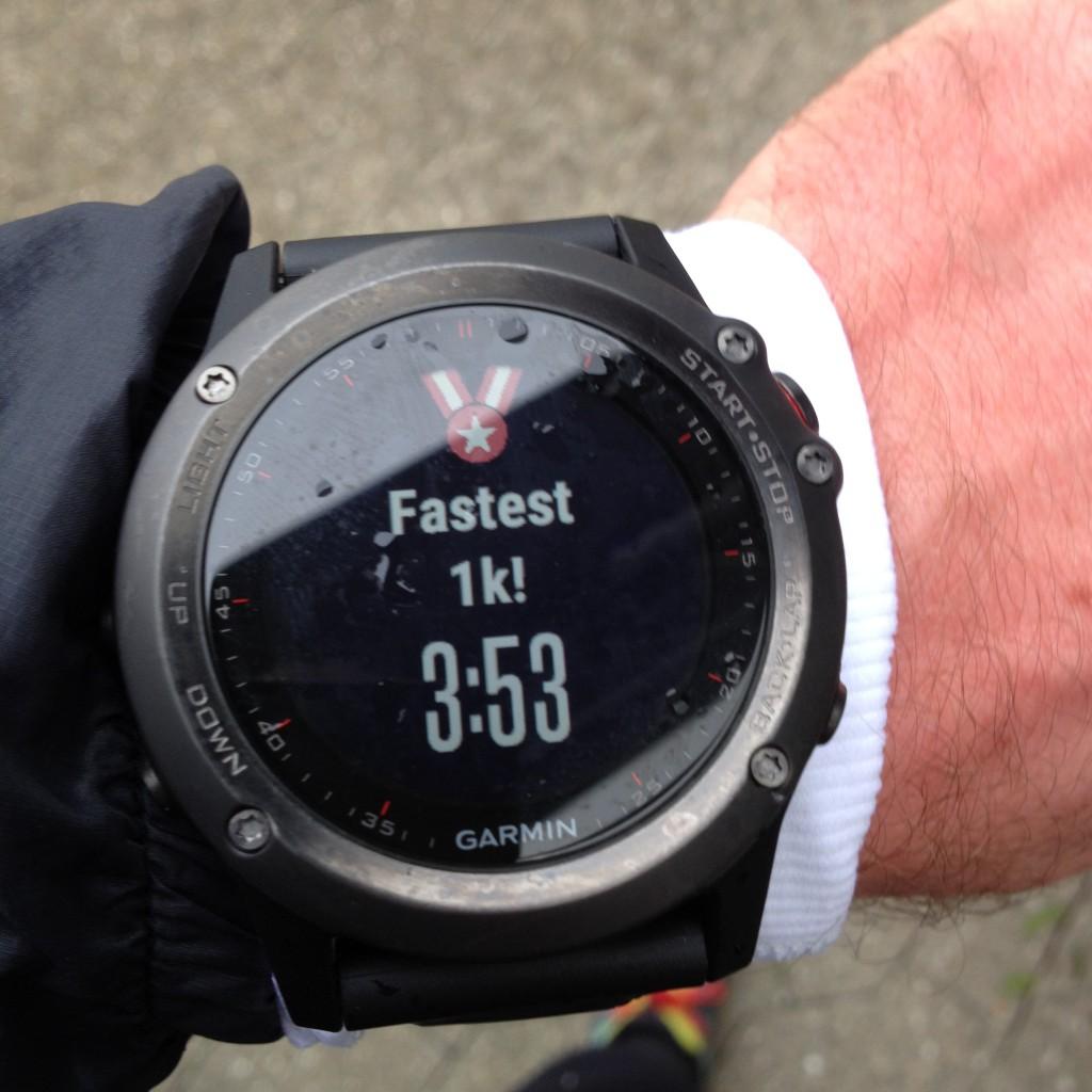 Efter hver løbe- eller cykeltur opdateres de personlige rekorder på fënix 3. Her dagens hurtigste kilometer.