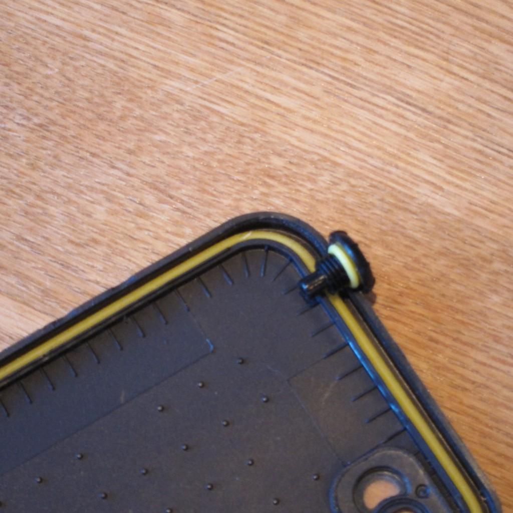 Forseglingen på Lifeproof fre coveret består af silicone o-ringe som holder vandtæt ned til 2 meters dybde.