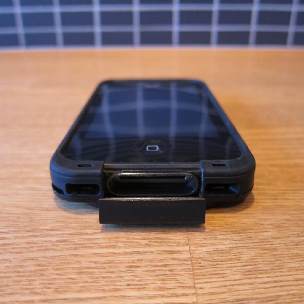 Lade- og dataporten beskyttes af en hængslet låge som forsegles af en silicone plade. Det er værd at bemærke at ikke alle uoriginale kabler og adapterer passer i åbningen. Jeg har ikke oplevet problemer med originale kabler fra Apple.