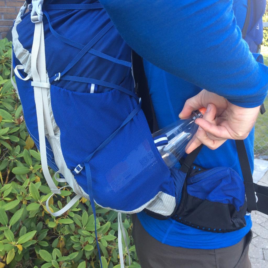 Meshlommerne på siden af Exos 48 rummer nemt to 1/2 liter flasker, det er enkelt at få adgang til dem selv med rygsækken på.