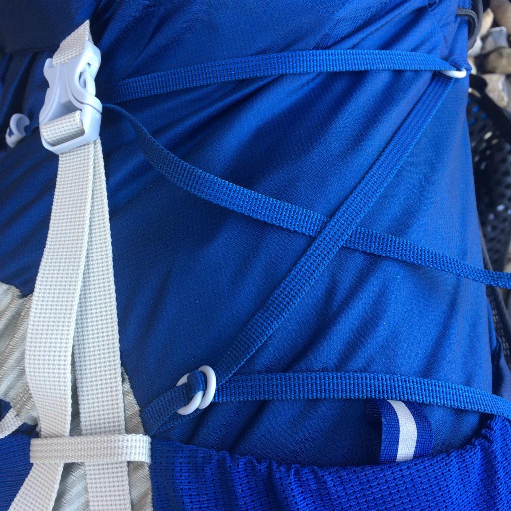 Systemet med låseringene sikrer at kompressionen kan justeres individuelt for top og bund i rygsækken. Jeg foretrækker en lineær kompression og har blot trukket remmen igennem begge o-ringe.