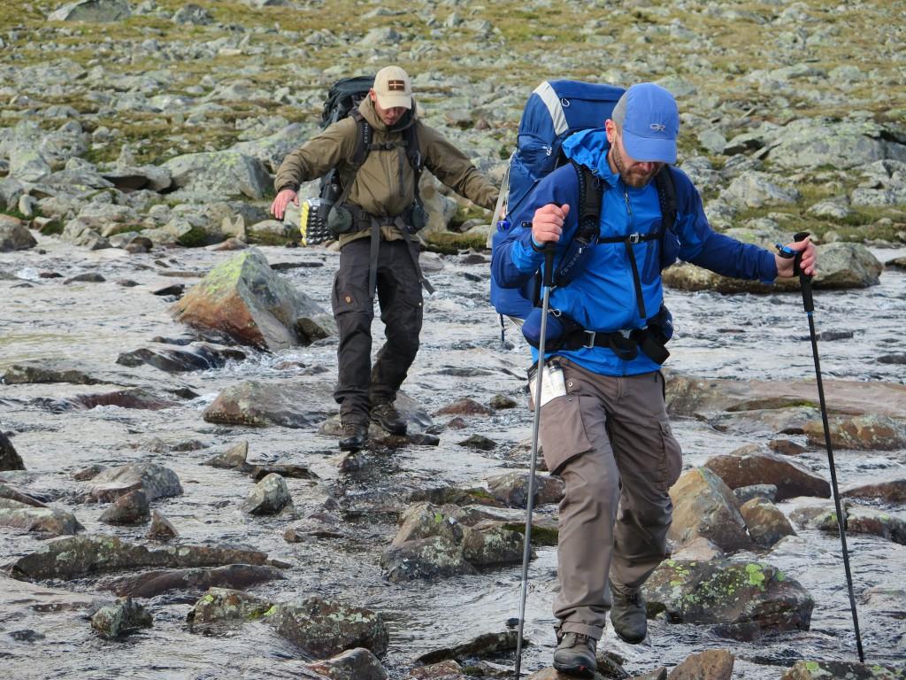 Krydsning af vandløb er bare så meget lettere med stave. Foto: Backpackinglight.dk