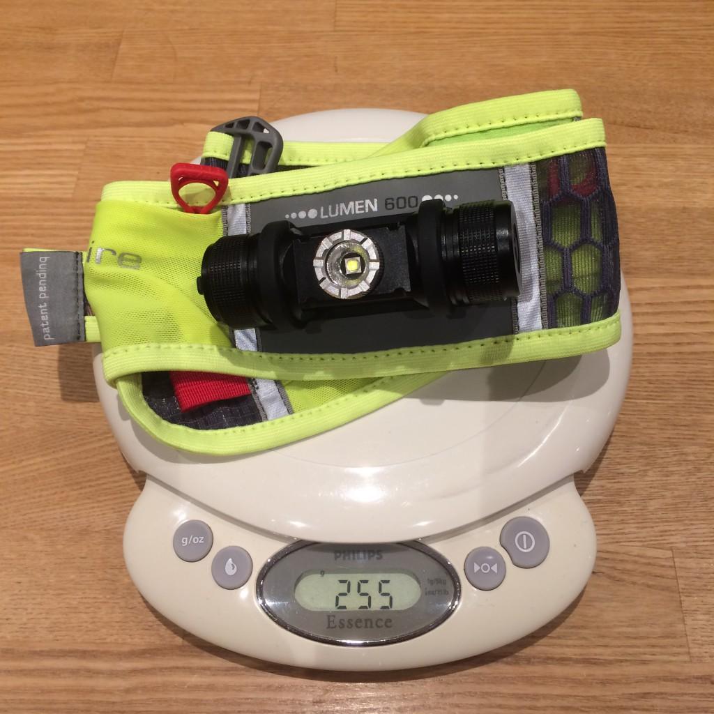 Ultraspire Lumen 600 på vægten som stopper ved 255 gram hvilket er ganske respektabelt for et bælte med indbygget lampe.