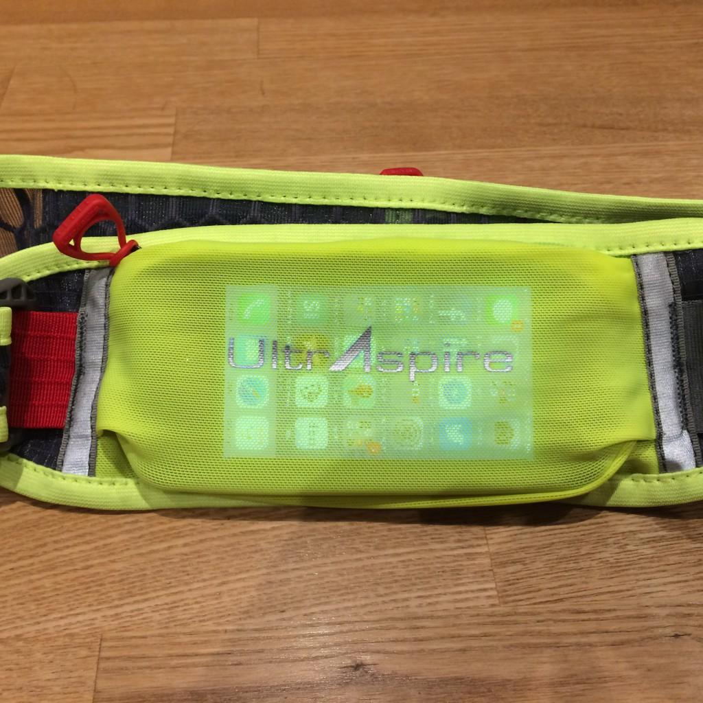 Den store lomme på lænden af Ultraspire Lumen 600 sluger let en iPhone 5S i Lifeproof cover eller tilsvarende størrelse smartphone.