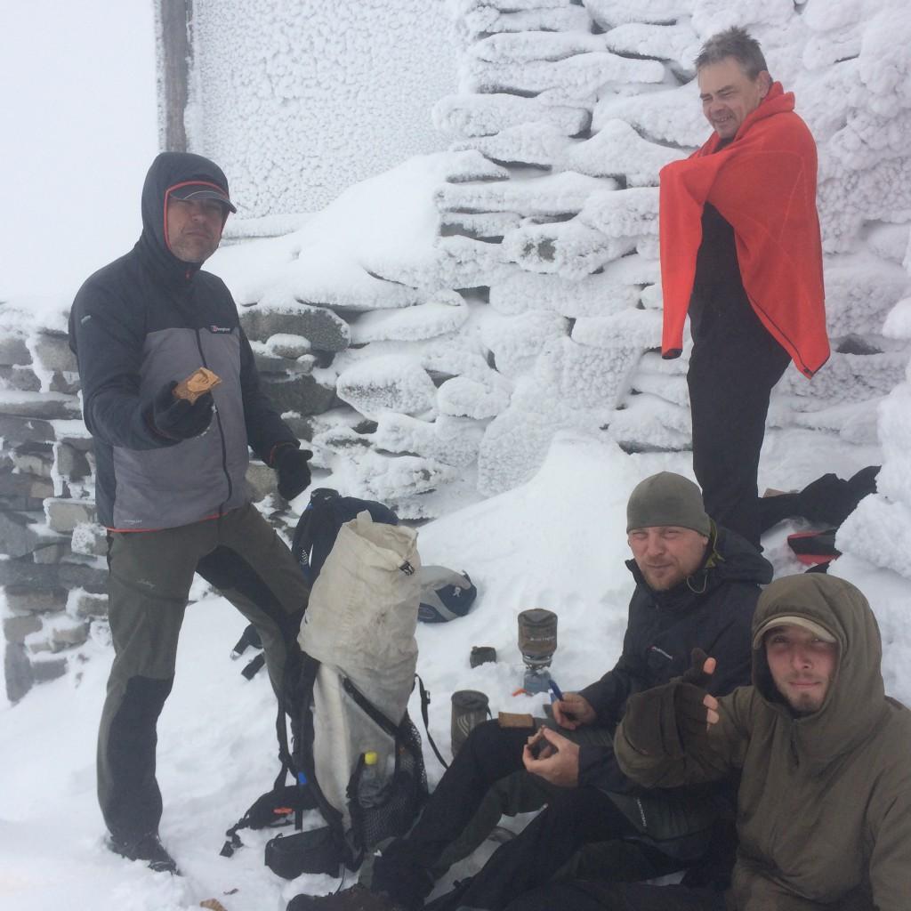 Her står den lille Jetboil Minimo og smelter sne på toppen af Galdhøpiggen i ly bag hytten.