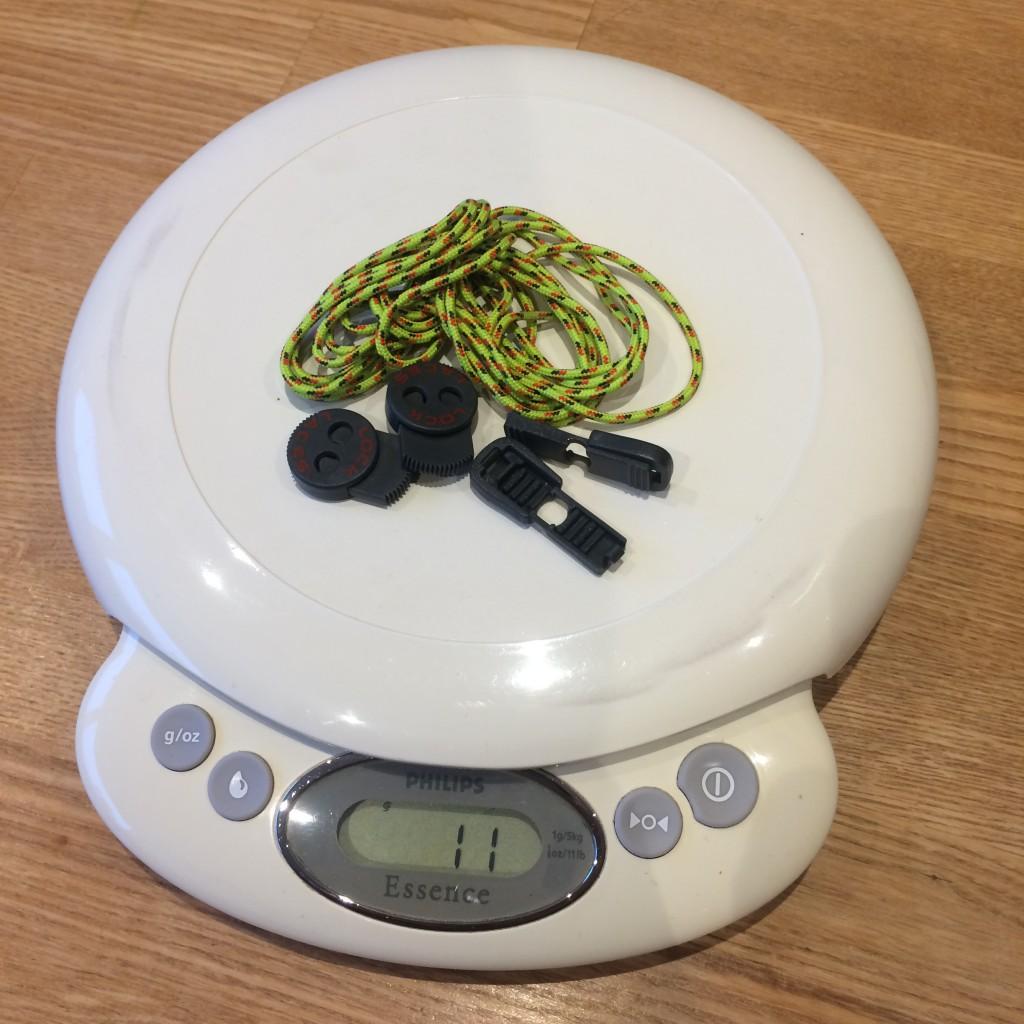 Nathan Trail Lock Laces på vægten som stopper ved 11 gram.