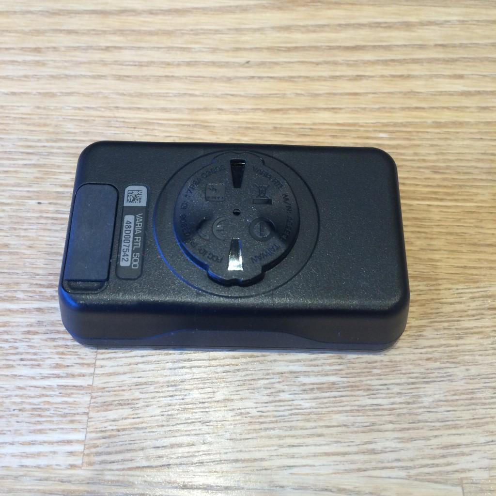Bagsiden af Varia RTL 500 med quarter turn mount og USB port til opladning og software opdatering.