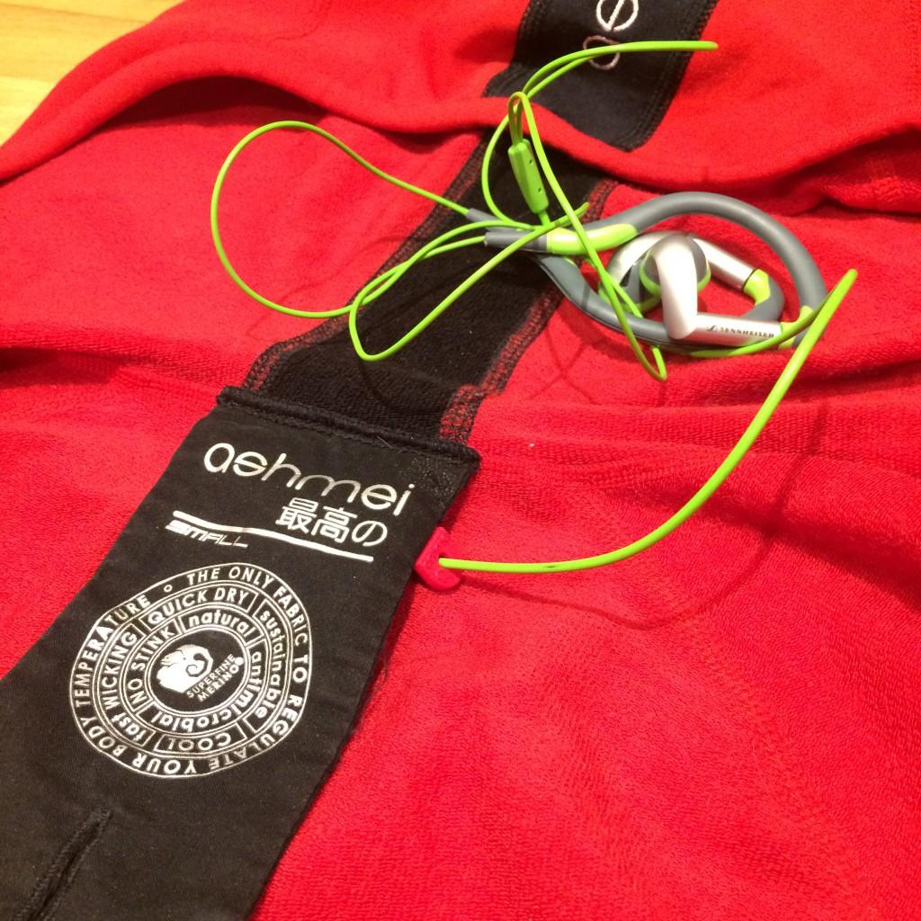 En lille clips i nakken på Ashmei Merino Running Sweatshirt styrer ledningen til dine ørepropper.