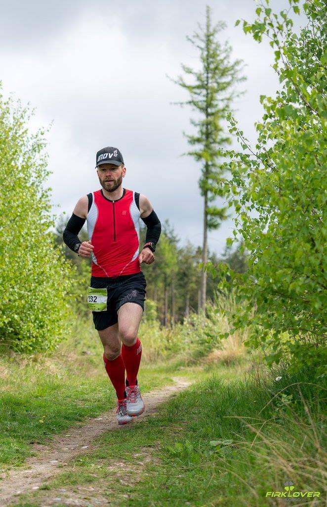 Cirka en kilometer efter start og 300 meter efter at Anders er strøget forbi mig sidder Jesper Halvorsen gemt i buskene med kamera og en frisk bemærkning. Foto: Jesper Halvorsen