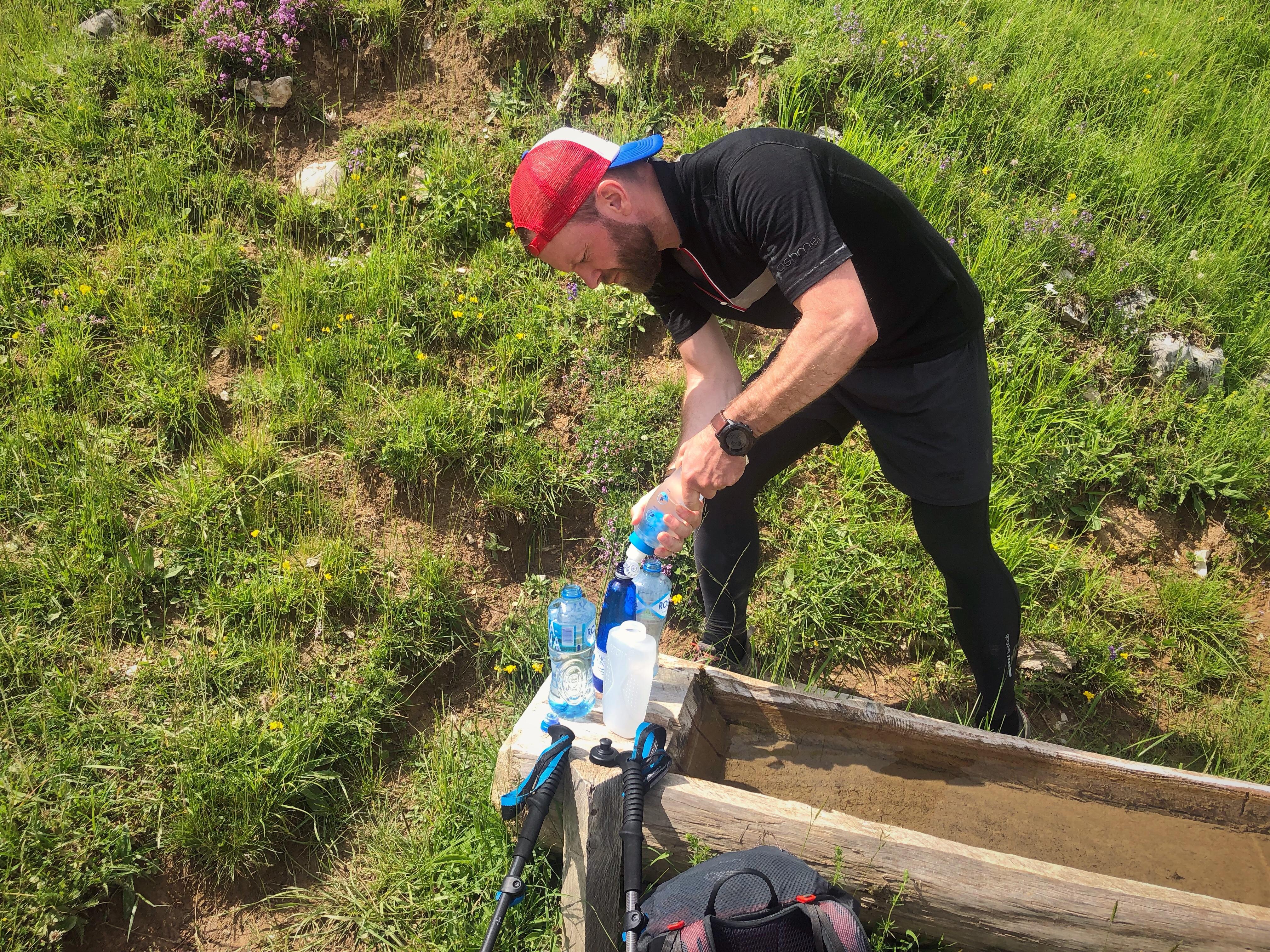 Med en flowrate på lige godt 1L/min var det ingen sag at fylde 4x1/2 liters flasker undervejs. En god forsikring mod dårlig mave når vandet tankes fra bjergbække i områder hvis der græsser får og køer.