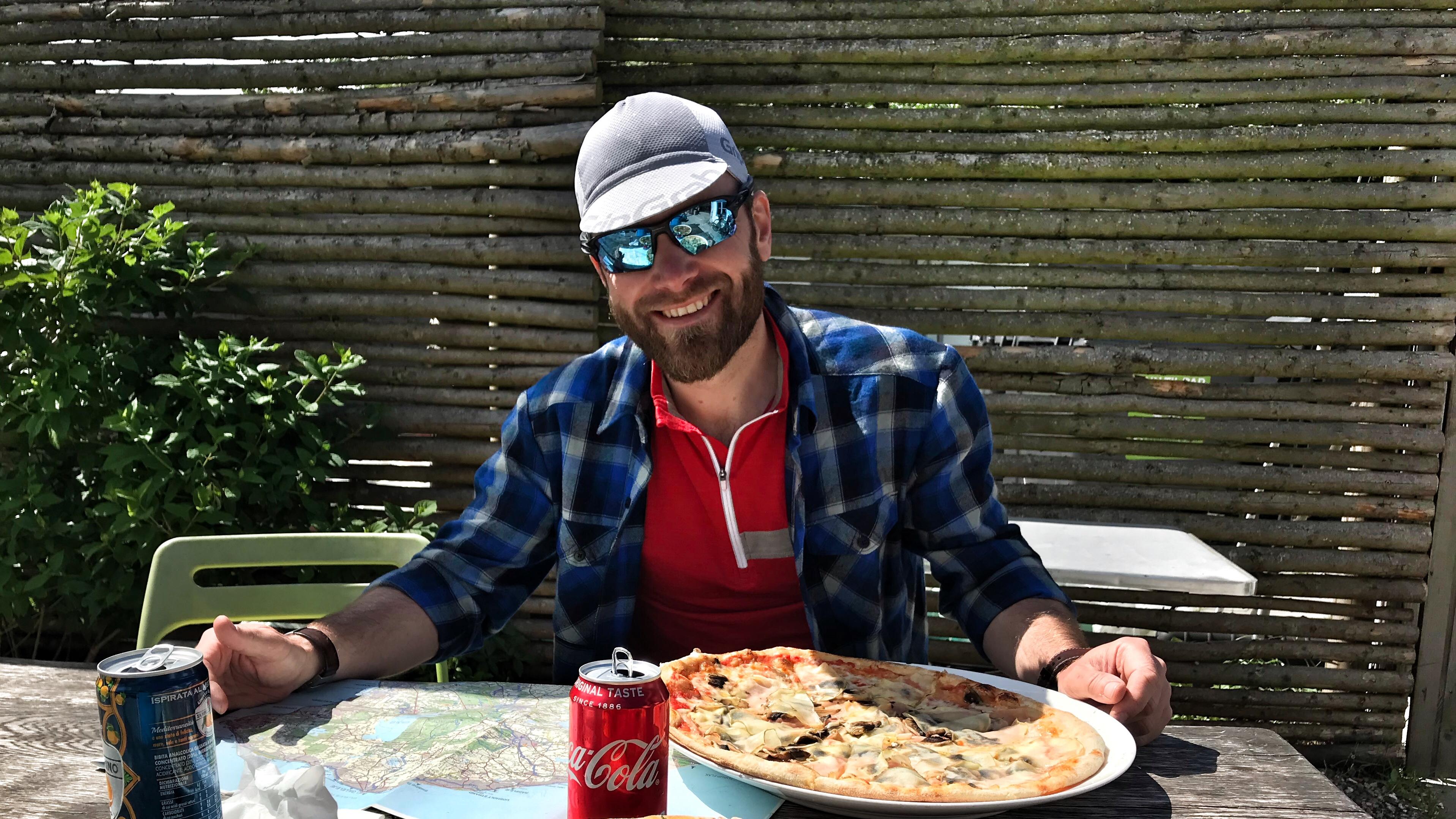 Pizza på Den Røde Tomat er i særklasse lækkert. Måske hjalp det også med sol, cykelben og godt selskab.
