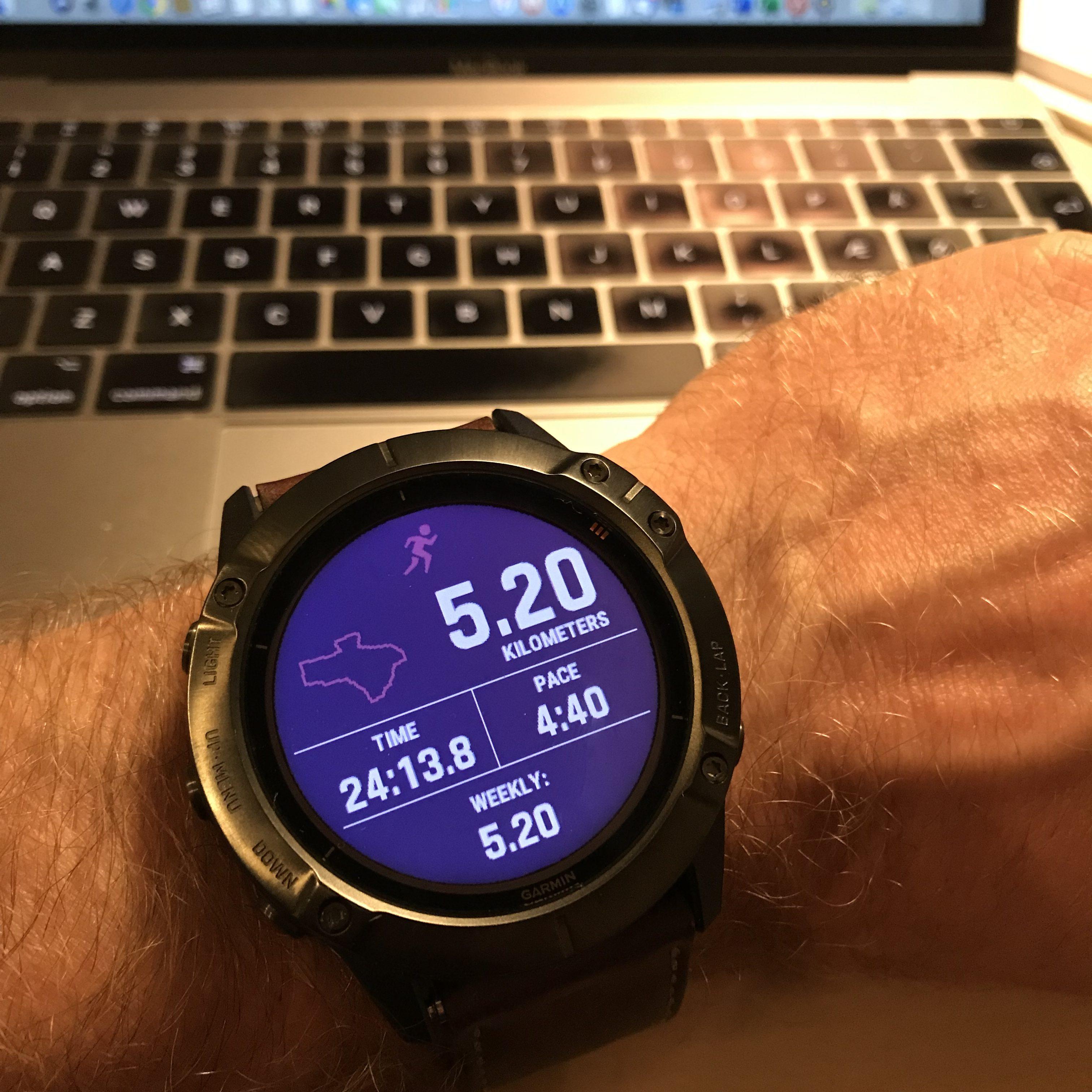 Detalje fra det opdaterede bruger interface på Garmin Fënix 6X Pro Solar. Hurtigt overblik over morgenens løbetur.