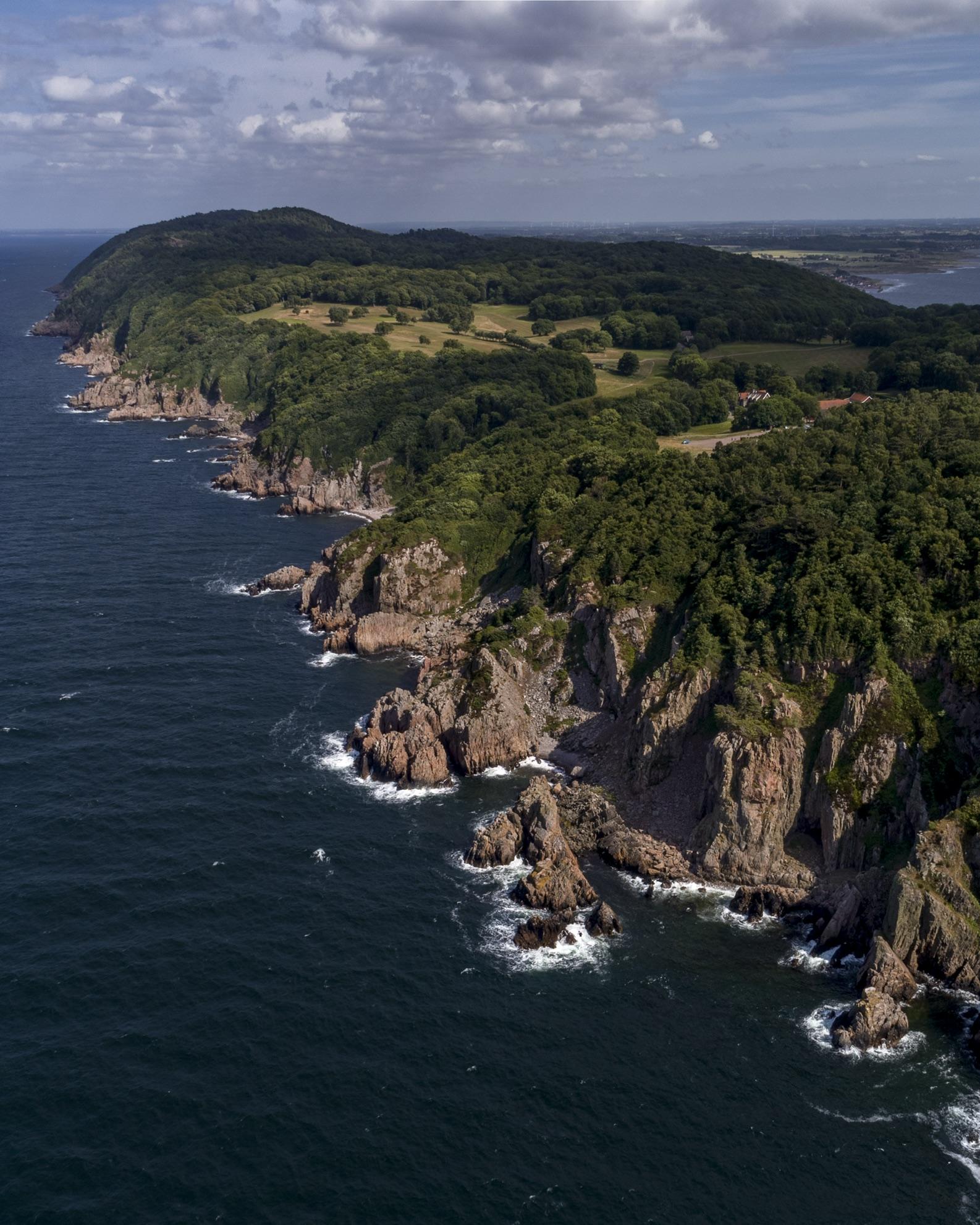 Den forrevne klippekyst er Kullabergs særkende. Foto: Wikimedia Commons