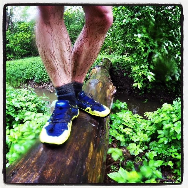 På våde glatte træstammer må V Trek sålen på Trail Freak give op. Iøvrigt ligesom de fleste andre trailsko.