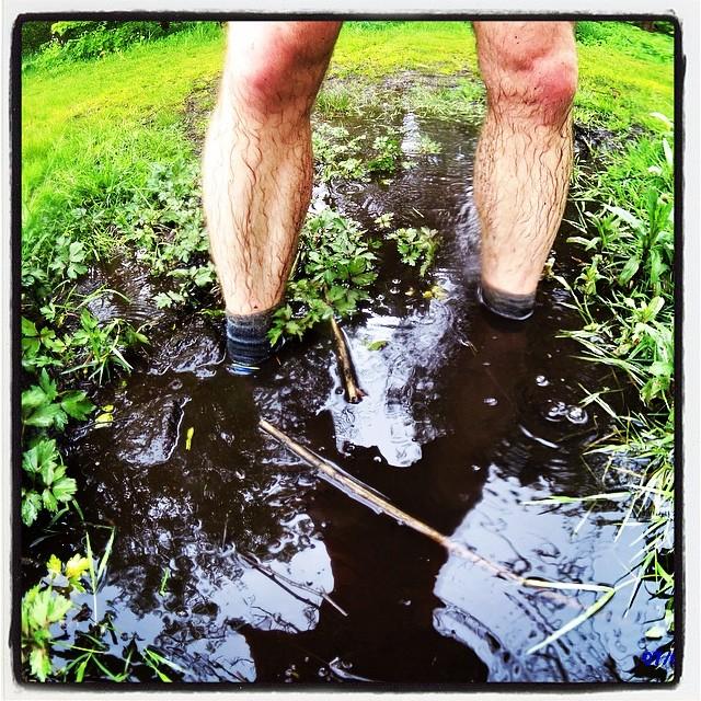 """Den kendte diciplin """"at hoppe i vandpytter"""" er ikke kun forbeholdt børn, men også barnlige sjæle som undertegnede.  Desuden er det en glimrende metode til at teste hvor hurtigt skoen drænes ved efterfølgende løb."""