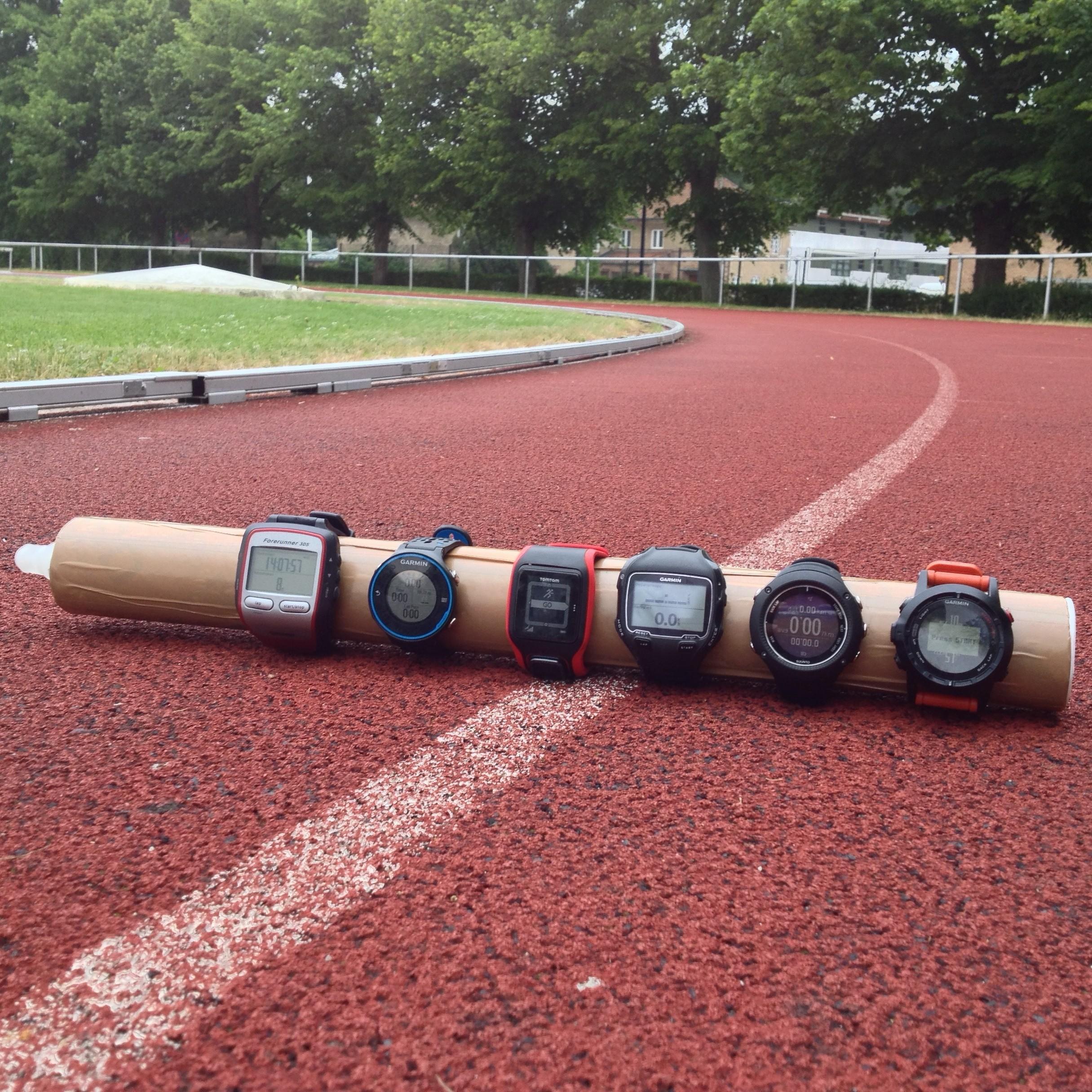 Løb på bane kan grundet de mange kurver og den måde GPS modtageren beregner data på give en vis fejlvisning.