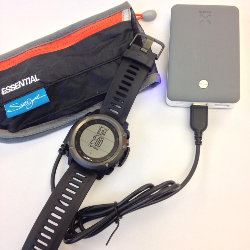 Opladning af fënix 3 kan klares mens timeren og GPS logning kører. Det er altså i lighed med fënix 2 og andre ure i denne klasse muligt at lade uret undervejs i et langt løb fra eks. en powerbank.