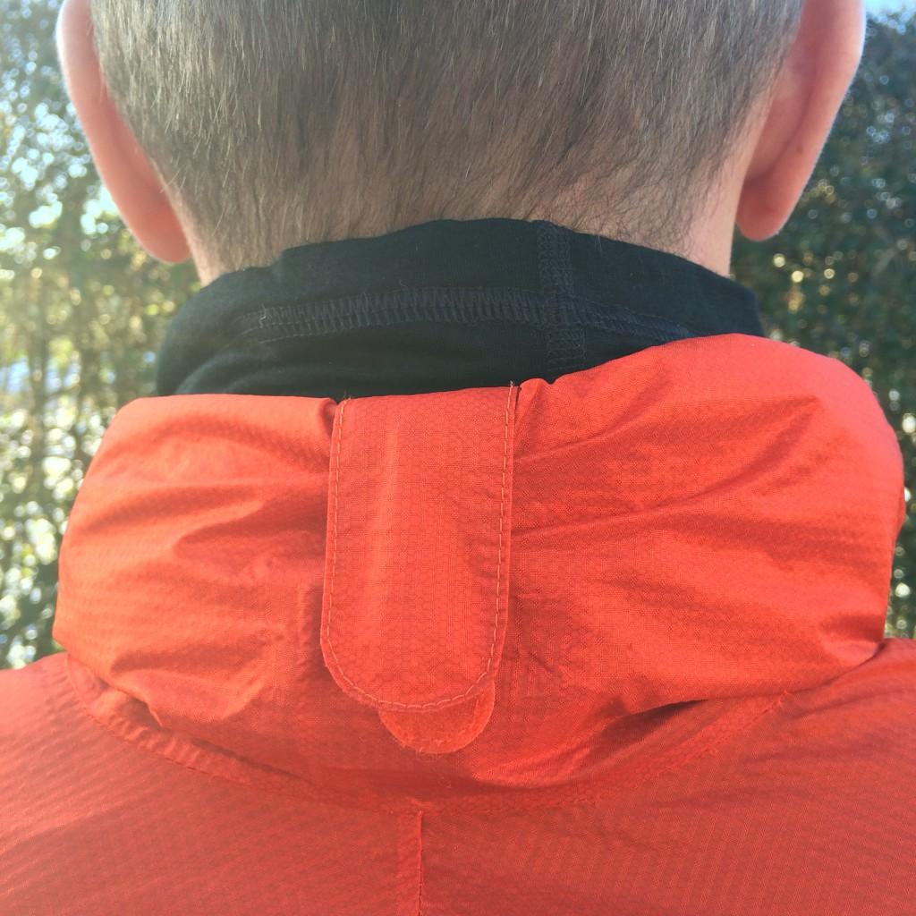 Når hætten ikke er i brug kan den hurtigt rulles sammen og sikres med en velcrolukket strop så den ikke hænger og blafrer i vinden.