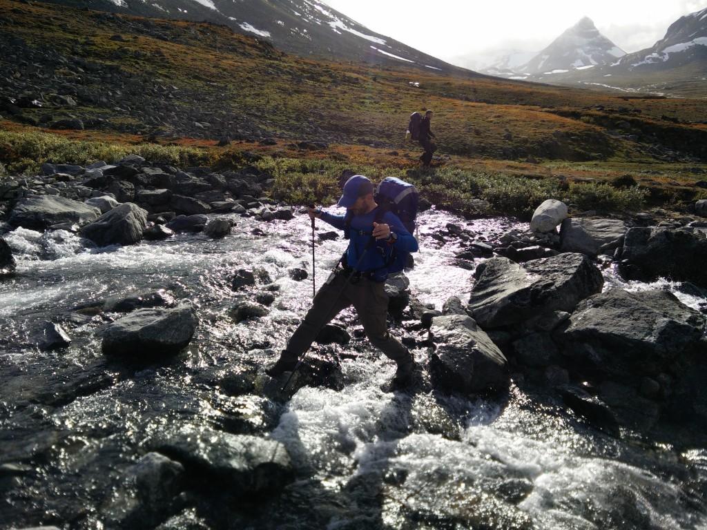 Krydsning af vandløb er langt nemmere med et sæt stave. Det er pludselig som at have fire ben hvilket hjælper gevaldigt på balancen. Foto: Backpackinglight.dk