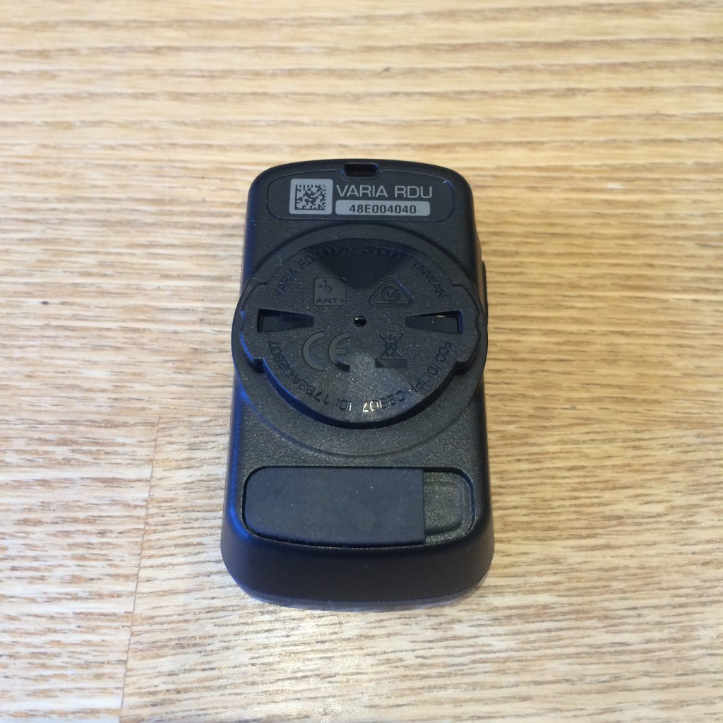 Bagsiden af Garmin Varia RDU med quarter turn mount og USB port