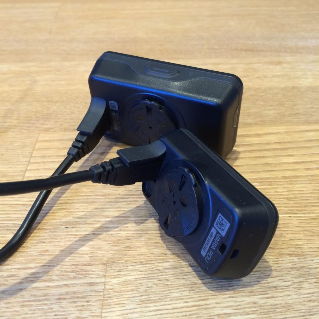 Opladning af Garmin Varia foregår via de medfølgende USB - MicroUSB kabler.