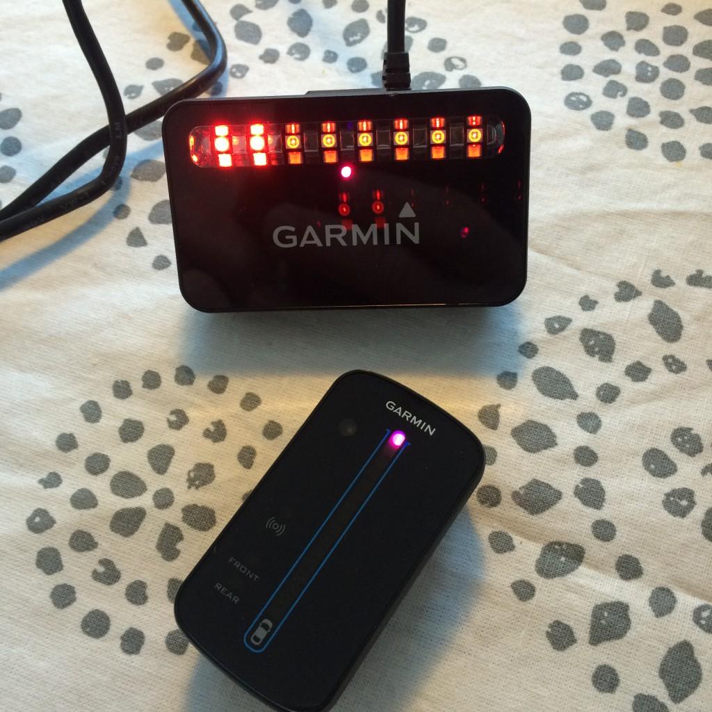 Opdatering af softwaren i Garmin Varia RTL 500 og RDU. De lilla LED indikerer at opdatering er igang og imens indikerer de røde LED på radarenheden hvor langt opdateringen er fremskredet.