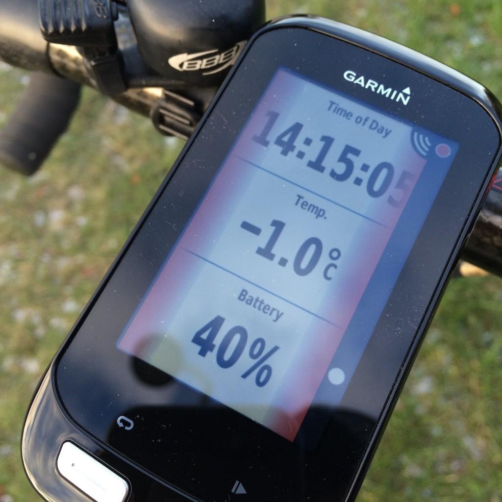 Garmin Varia information på Edge 1000, bemærk den røde kantfarve som advarer om hurtigt kørende bilist bagfra.