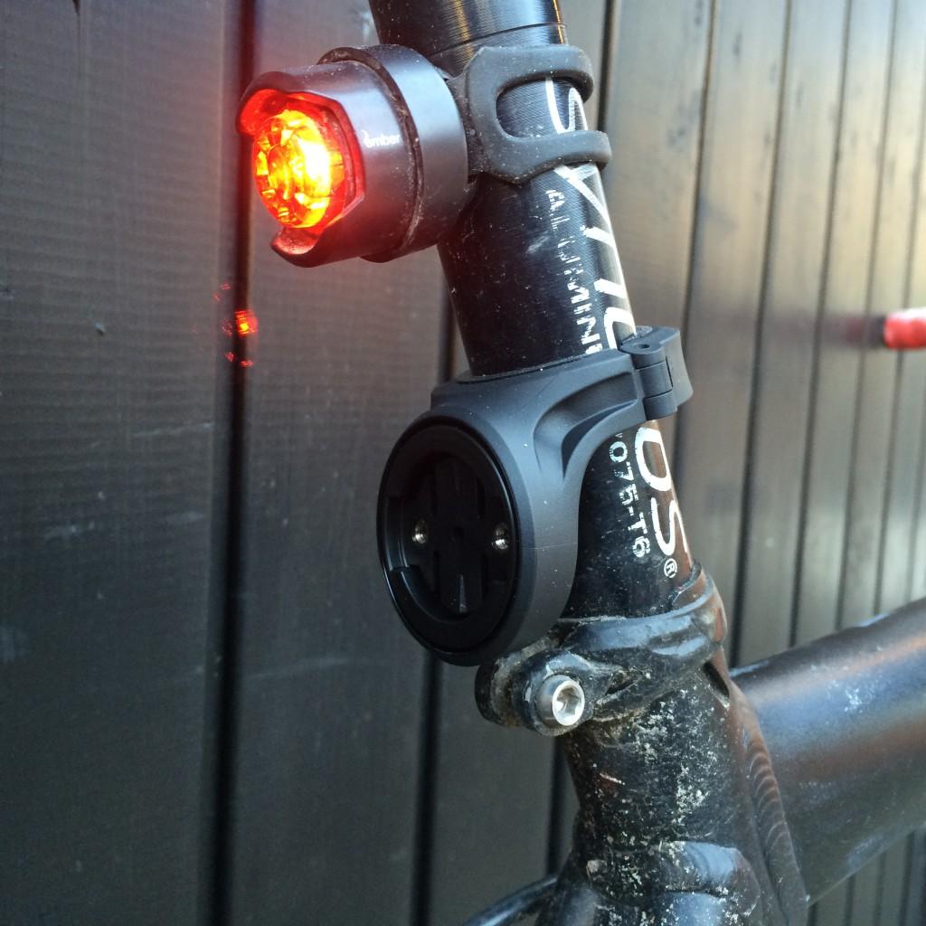 Den faste montage til Garmin Varia RTL 500 skrues om sadelpinden med en lille umbracko bolt.