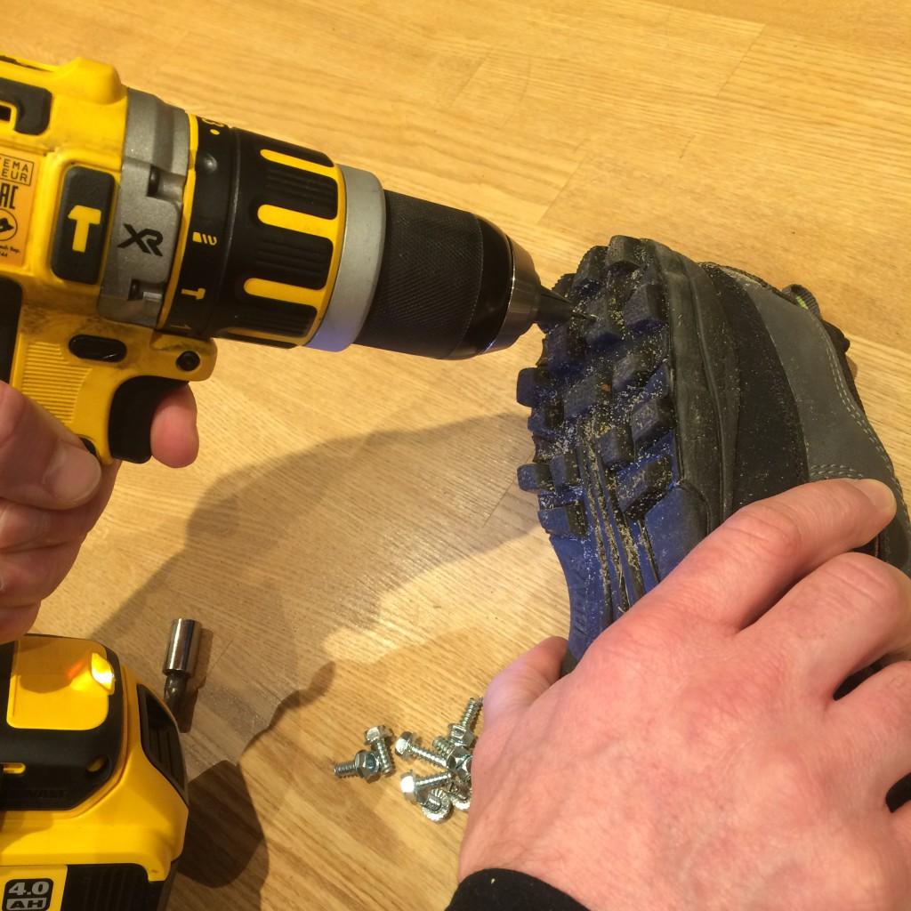 Forboring til skruerne sikrer at skruerne sidder midt i knoppen og at skruen ikke river knoppen i stykker på vej ind og ud.