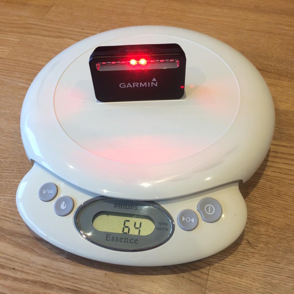 Varia RTL 500 radarenheden på vægten som stopper ved 64 gram.