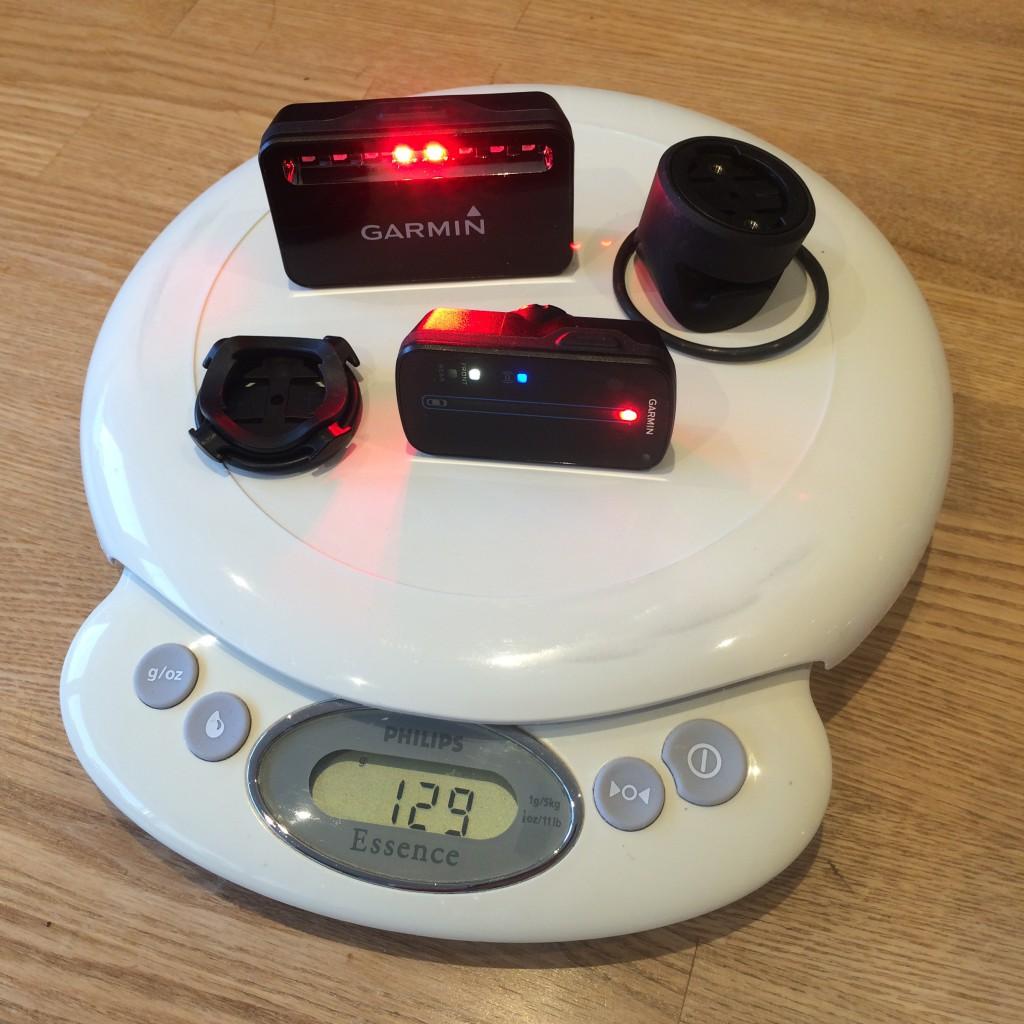 Et komplet køreklar Garmin Varia kit vejer 129 gram på min vægt.