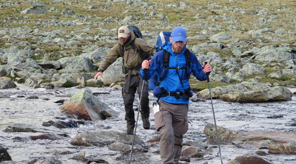 Ved krydsning af vandløb giver vandrestavene ekstra kontaktpunkter og dermed ekstra god balance på de ofte glatte sten.