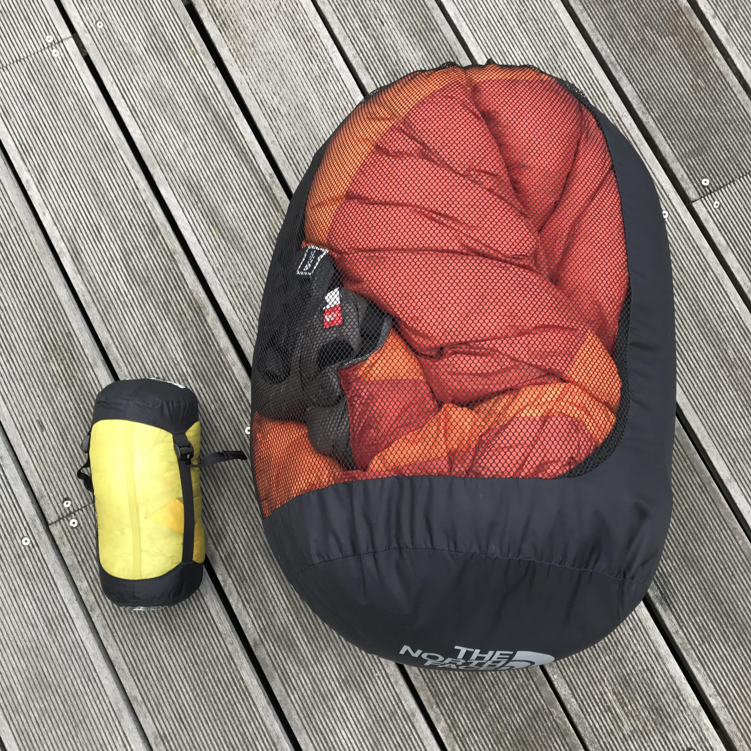 Opbevaring af din sovepose - kompressionspose til tur og netpose til hjemme.