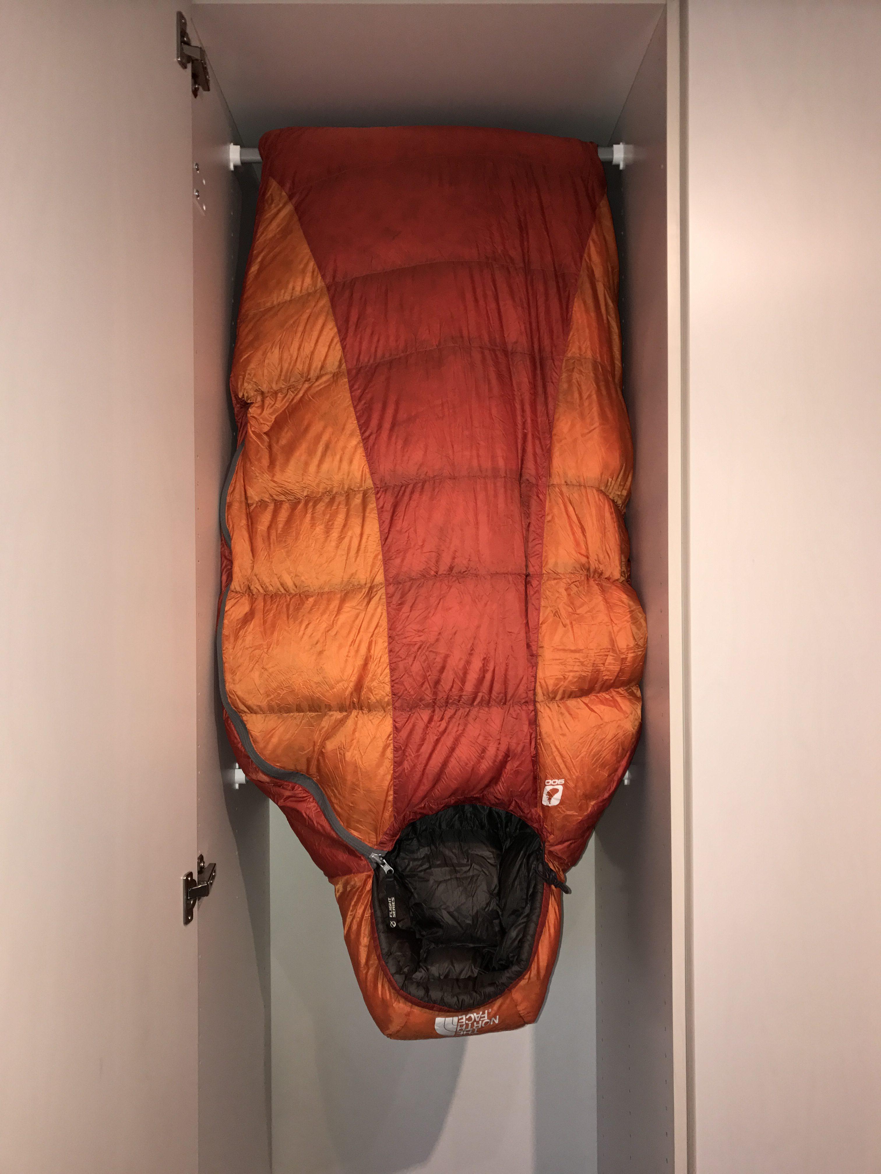 Opbevaring af din sovepose - hæng den op i et skab når den ikke er på tur.