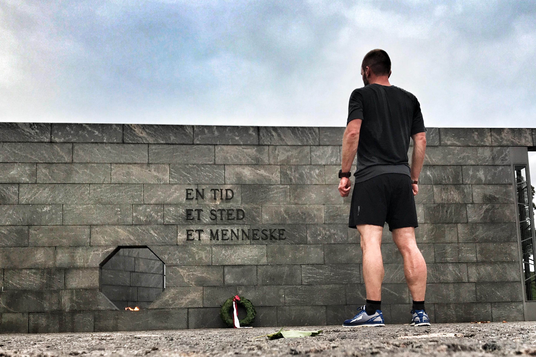 Newline BLACK x LOOW på tur forbi mindesmærket for danske soldater faldet under tjeneste siden 1948.