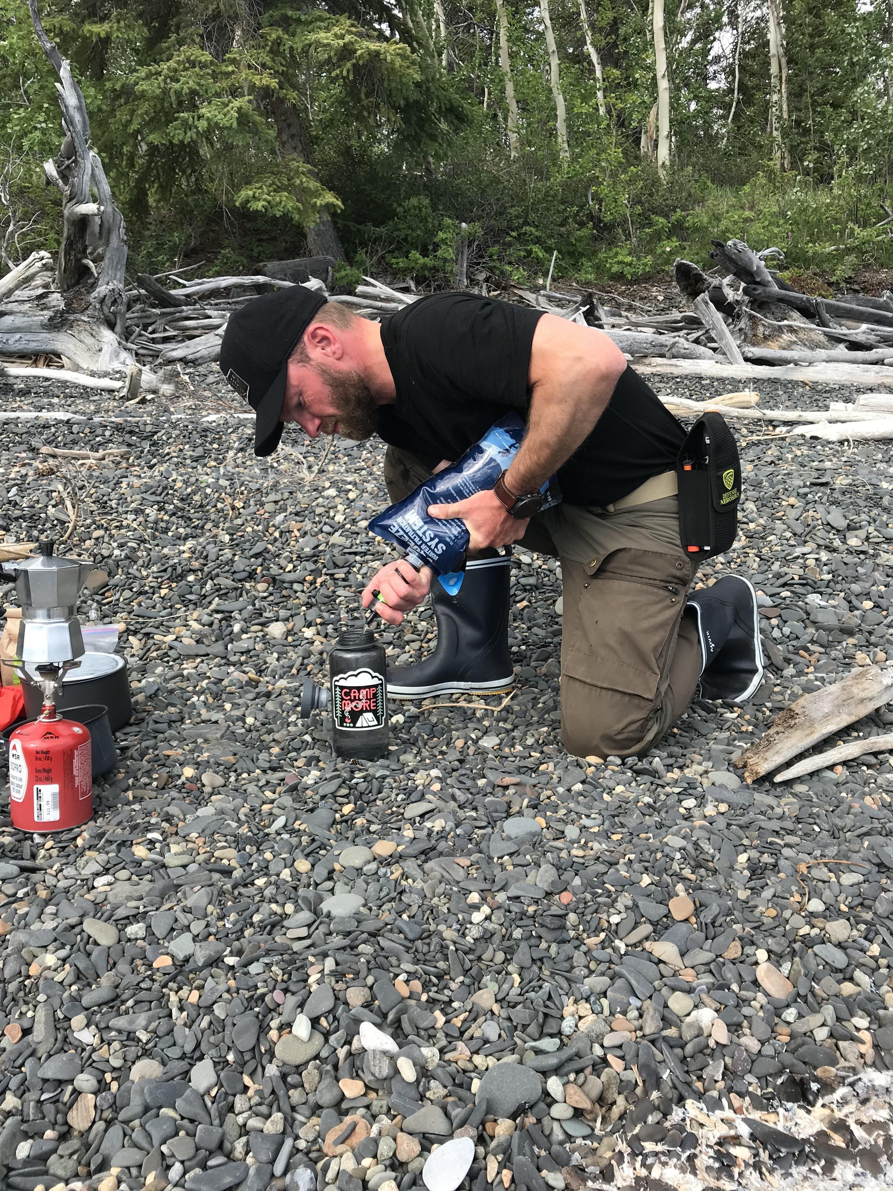 capCAP fra Humangear. Rensning af vand er bare nemmere når flaskens åbning er stor. Her filtrerer jeg vand fra mit Sawyer Mini filter i min Nathan Bigshot flaske som fungerer efter samme princip som en Nalgene Widemouth med capCAP låg.