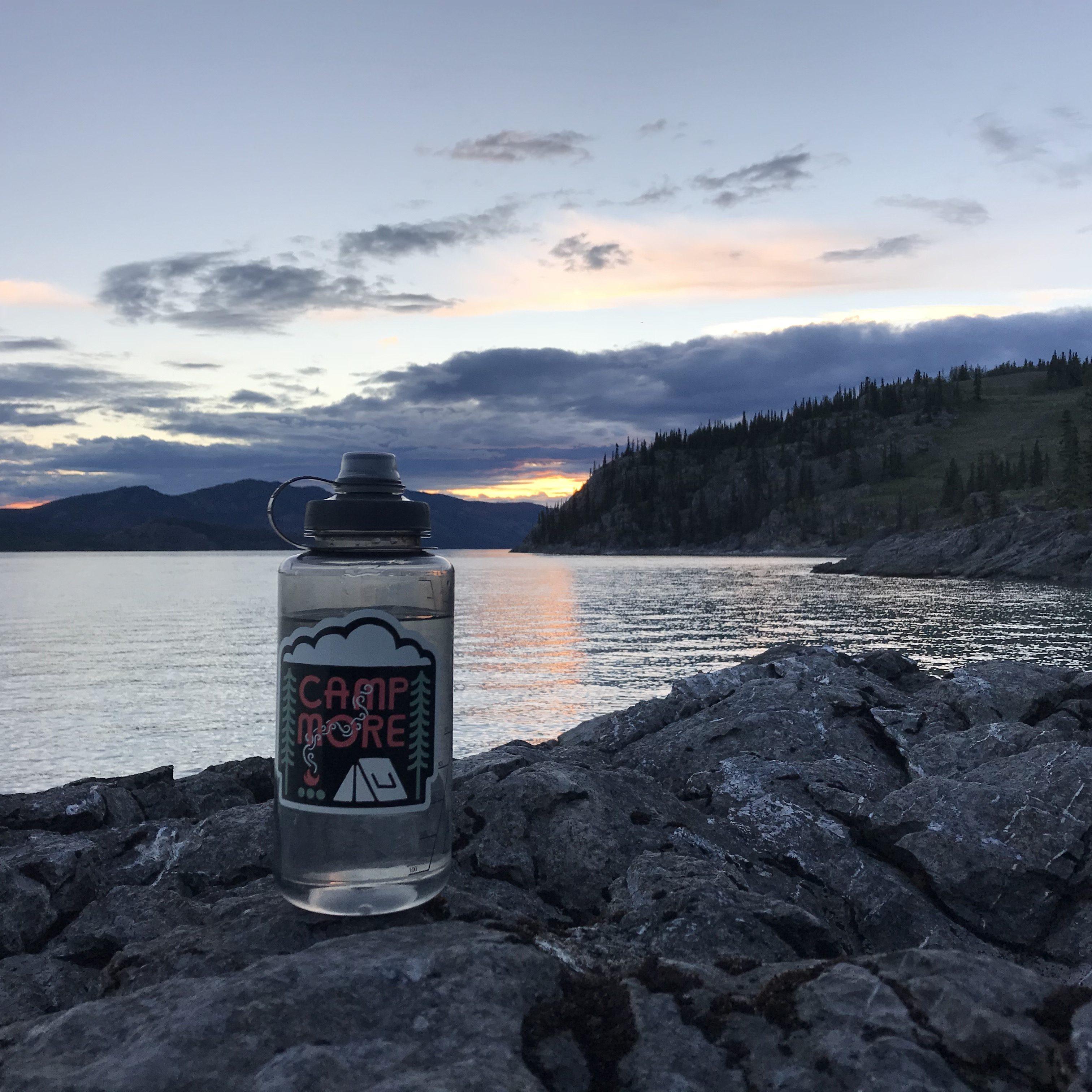Min trofaste Nathan Bigshot flaske med både stor åbning og god drikketud. Her på Lake Laberge i Yukon, på vej ned af Yukon River.