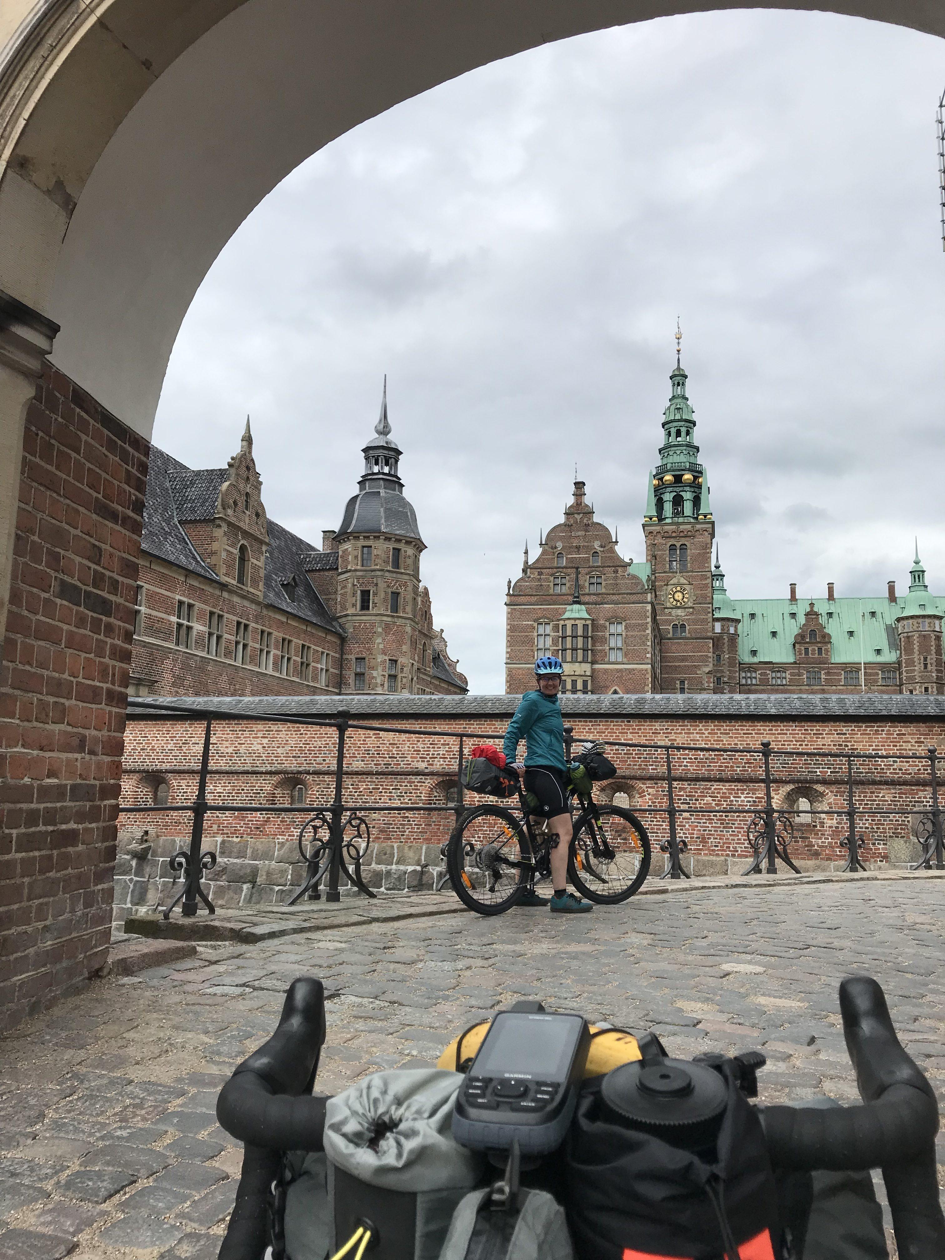 Cykelruten nord ud af Hillerød går direkte gennem Frederiksborg Slot og slotspark. Fin måde at blande naturoplevelserne med kultur.