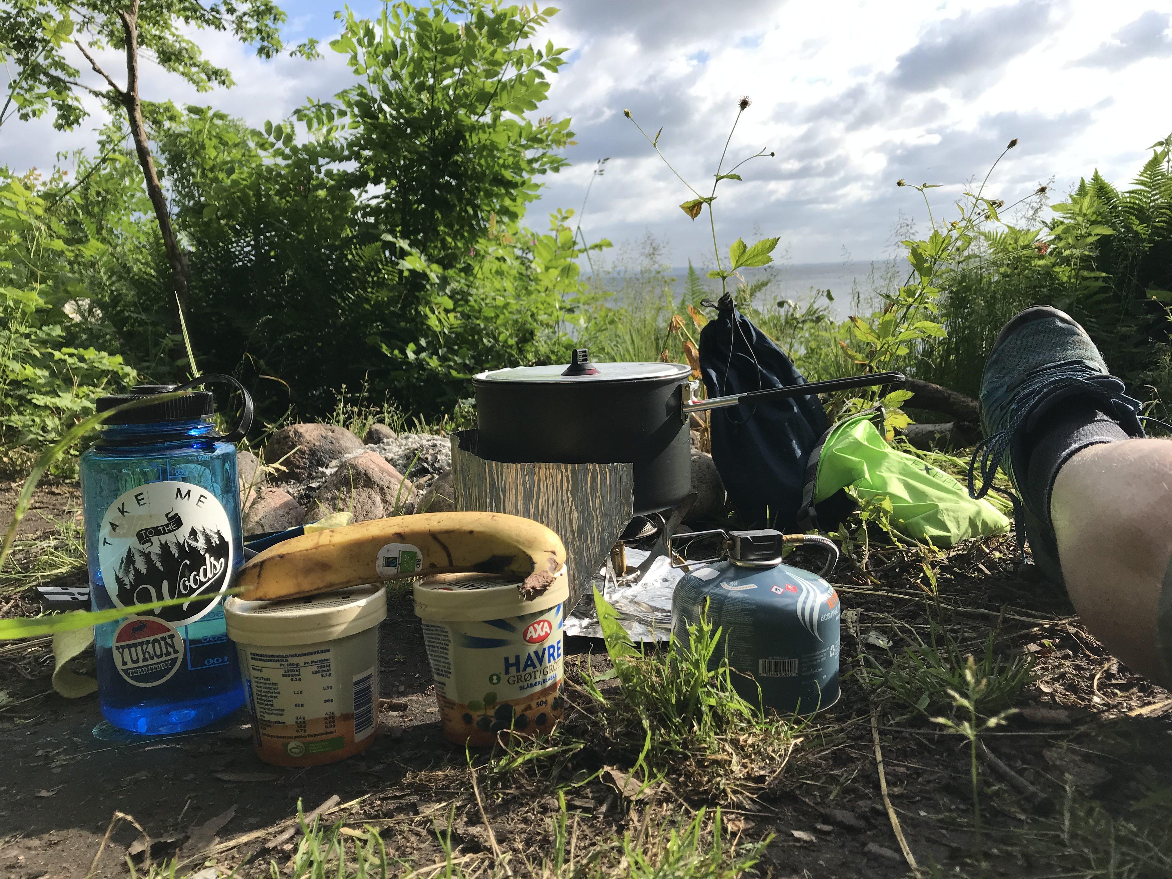 Morgenmad på den lille lejrplads ved Nakkehoved Fyr.