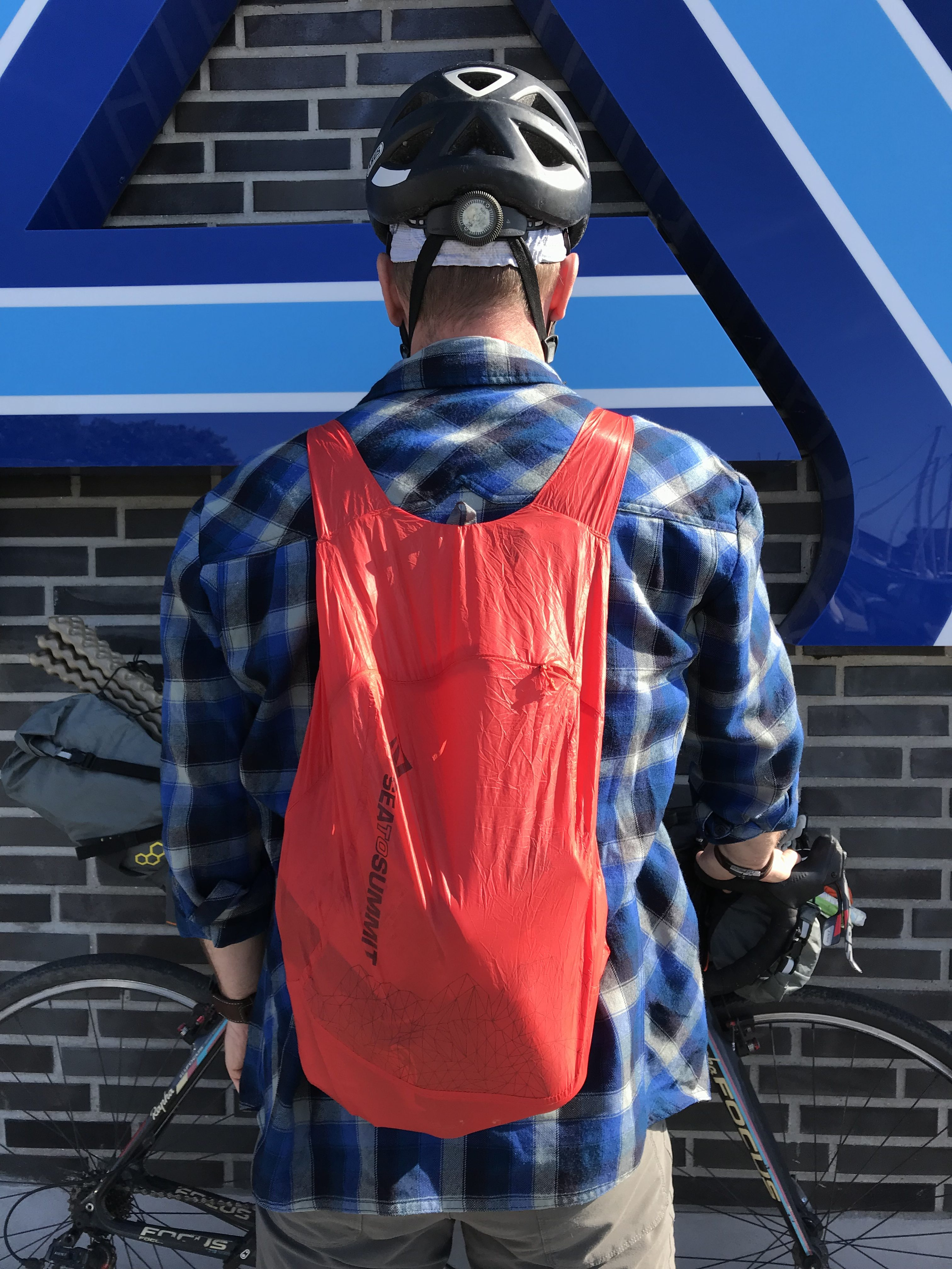 Sea To Summit Ultra-Sil Nano Daypack på ryggen efter fouragering i aldi på bikepacking tur i pinsen.