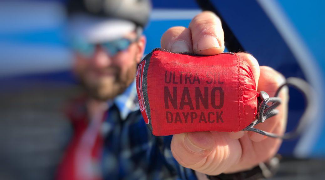 Den kompakte Sea To Summit Ultra-Sil Nano Daypack kan ligge i en knyttet hånd og giver ekstra 18 liter kapacitet på ryggen. Perfekt til småindkøb i løbet af dagen på bikepacking turen.