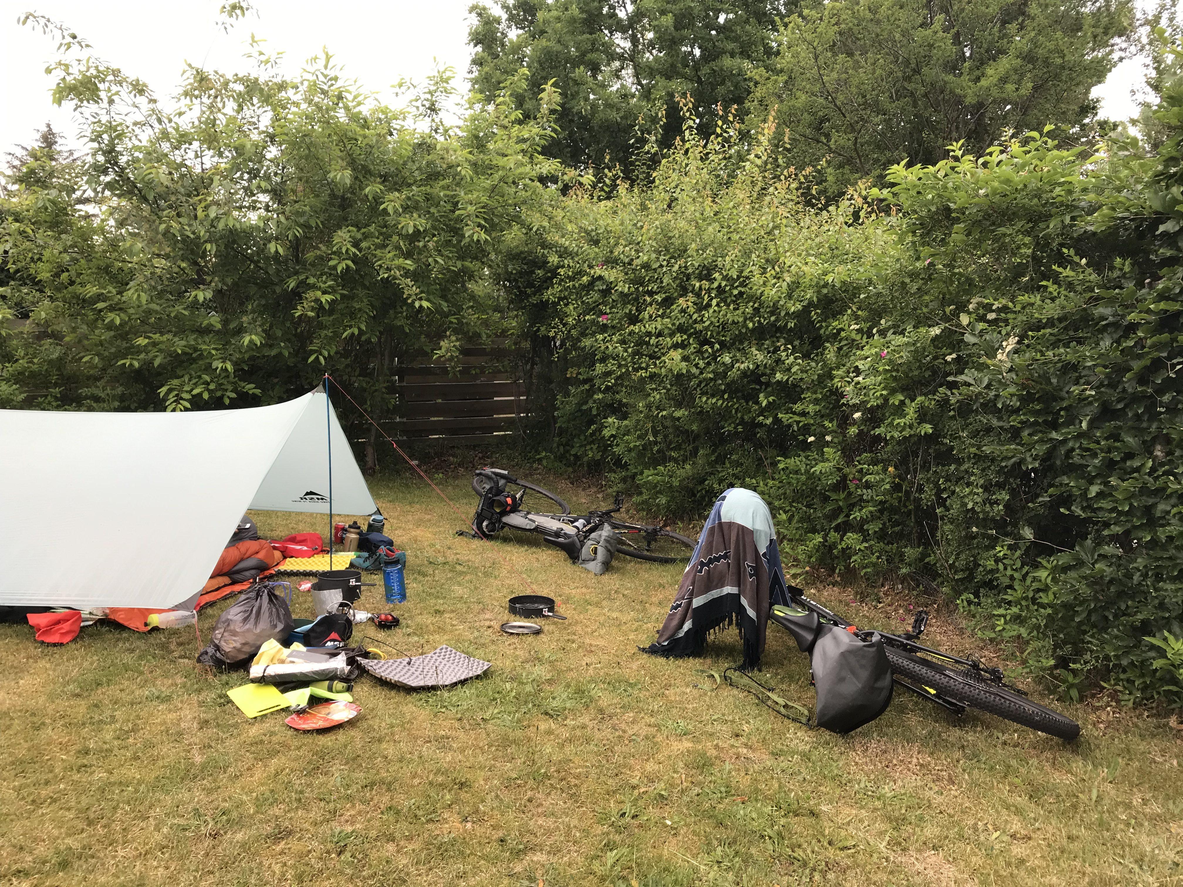 Har er tarpen uglamourøst smækket op i baghaven hos venner i sommerhus. Fordelen er det jævne underlag, tætklippede græs og manglen på myg.