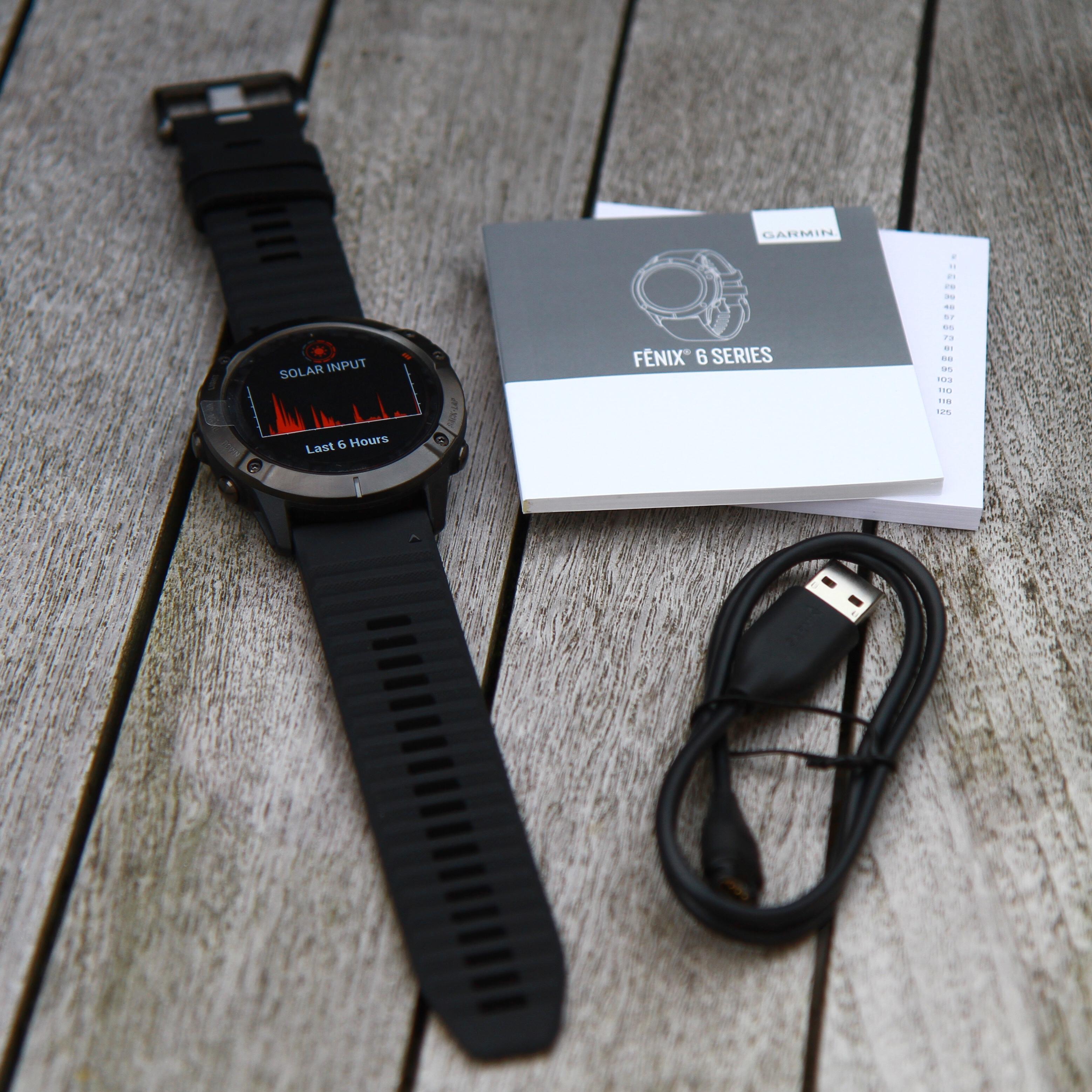 Kassen til Fënix 6X Pro Solar indeholder det sædvanlige. Uret, ladekabel, hurtig start manual og en folder med produkt og sikkerhedsinformation.