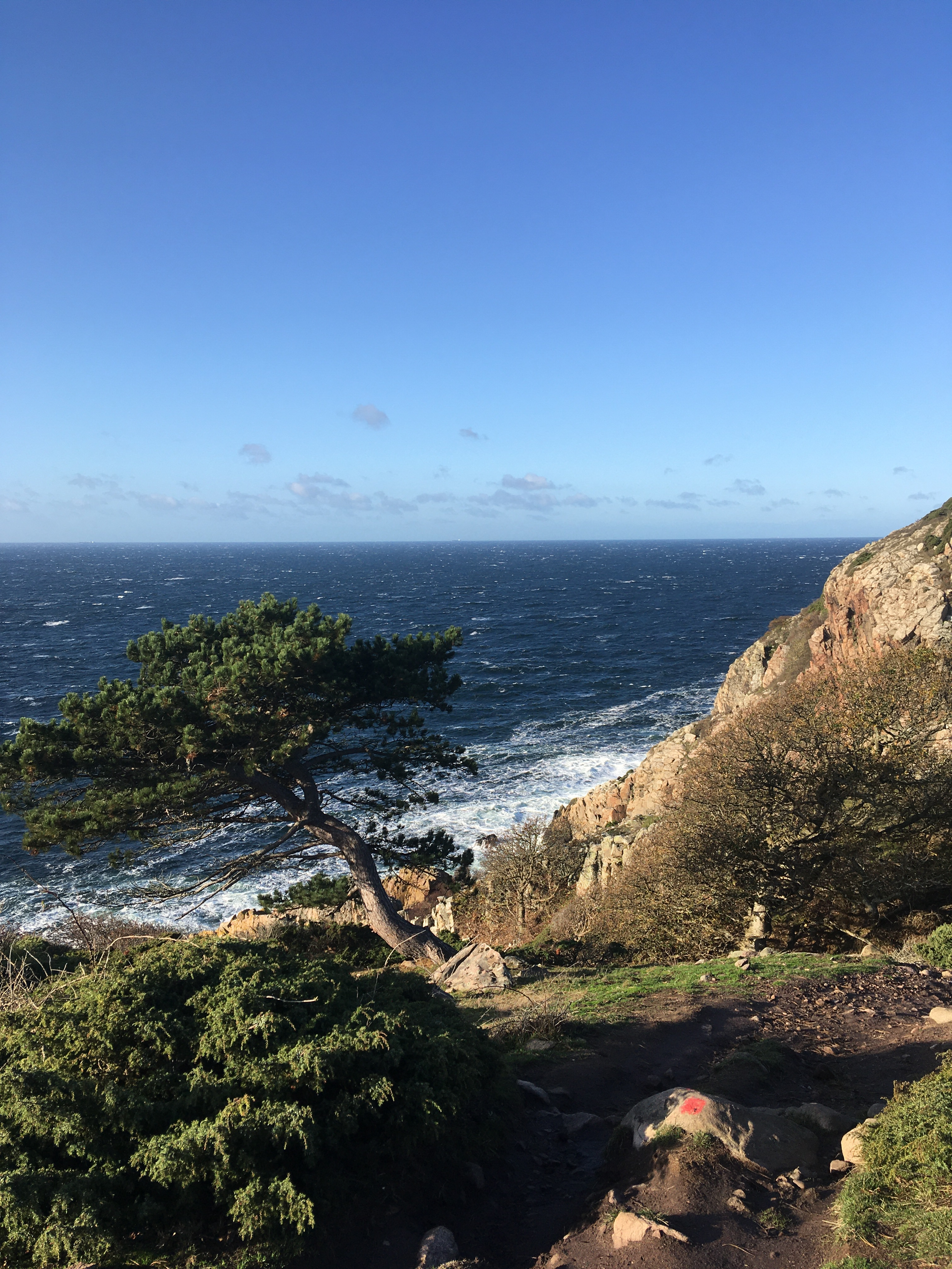 Udsigt over havet fra klipperne på vej ud mod fyret. Foto: Knut korczak