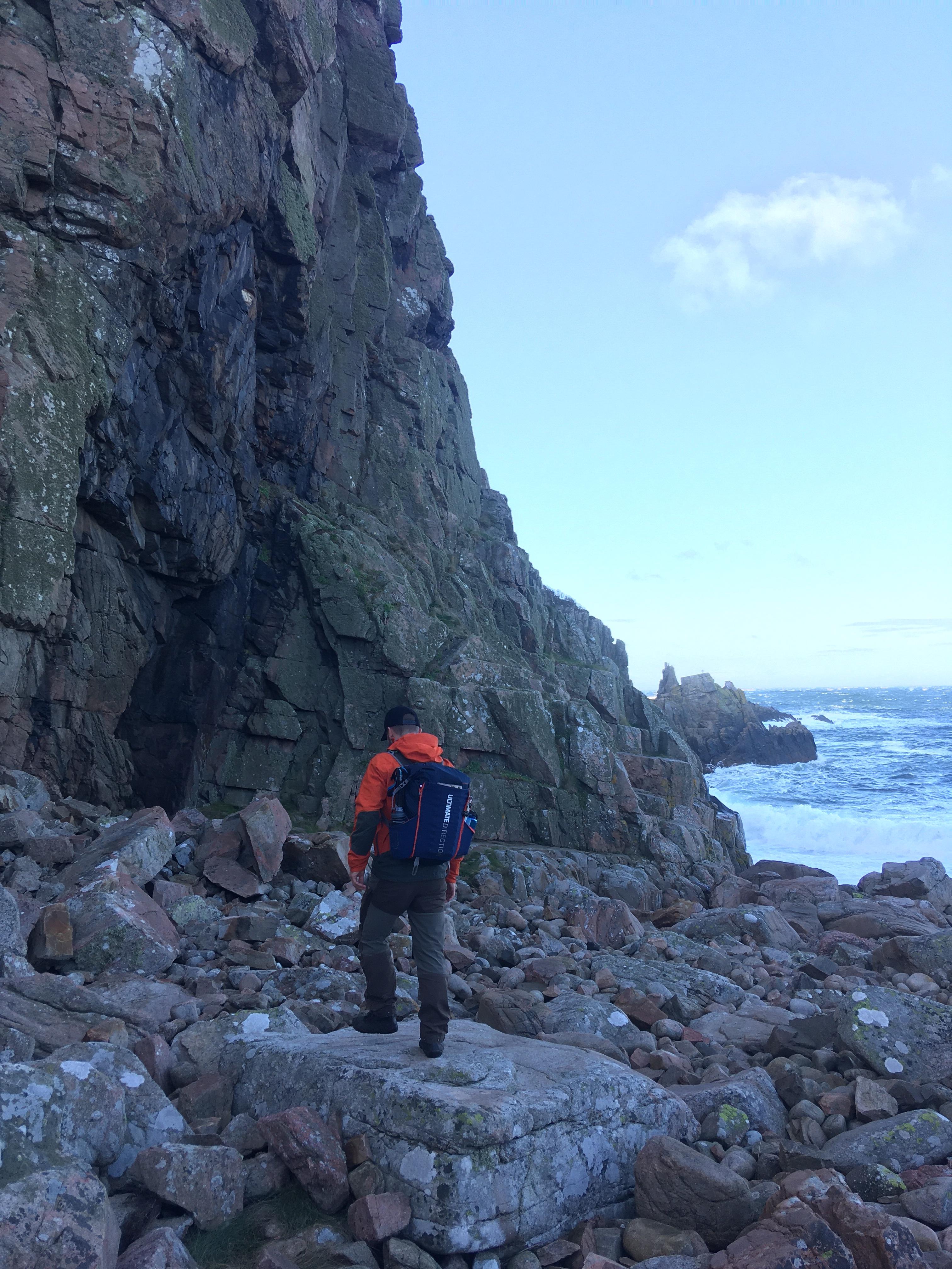 Klippestranden ved Visitgrotten på Kullen. Er vejret med os kommer du ned og ser blandt andet denne grotte. Foto: Louise Kjærgaard